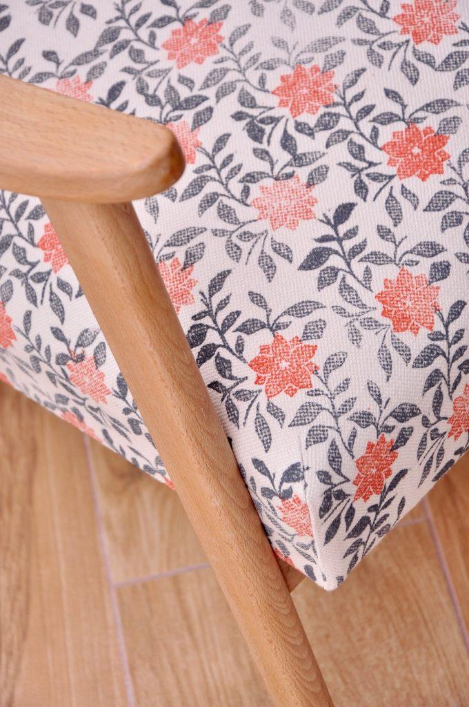 Detail fauteuil vintage en tissu motif floral imprimé à la main par Inkree