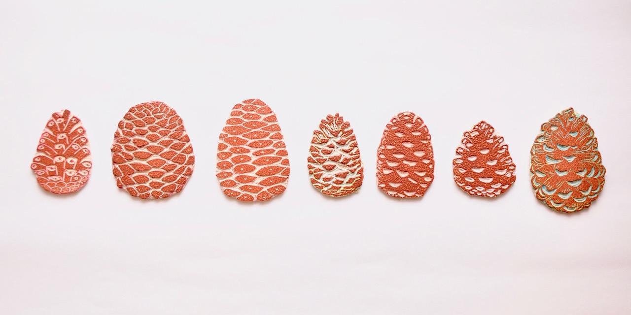 Collection Motif Pomme de Pin gravé à la main personnalisable pour tissu et papier peint par Inkrée