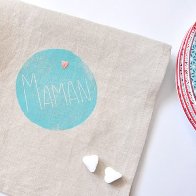 Serviette de table pour Maman imprimé et brodé à la main Cadeau idéal pour la fête des mères par Inkrée.
